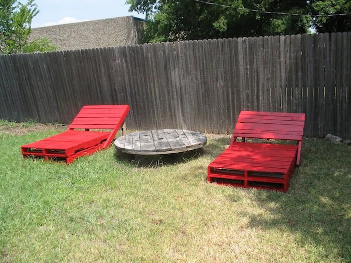 rote liegestühle aus europaletten und ein kleiner tisch aus holz - ideen zum thema tolle gartenmöbel aus europaletten