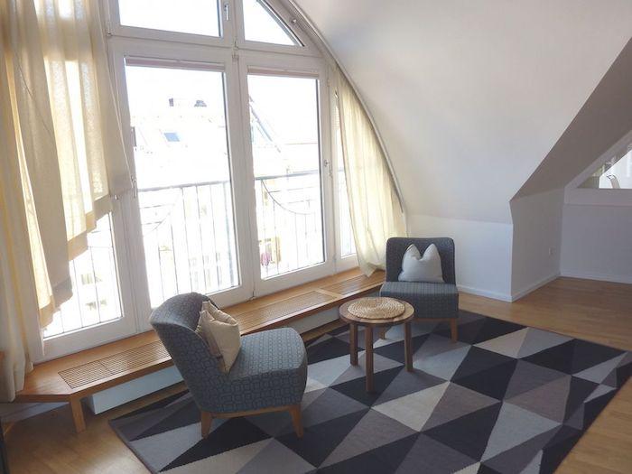 küche dachschräge ideen in grau und blau große fenster vorhänge ideen stühle tisch
