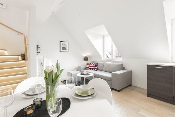 dachzimmer einrichten ideen sofa esstisch treppe zum nächsten niveau esstisch vase frische blumen tulpen weiß