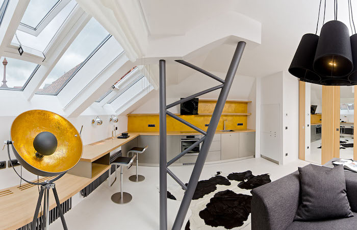 kleine wohnung einrichten schöne ideen gelb graues wohnung design fellteppich sofa