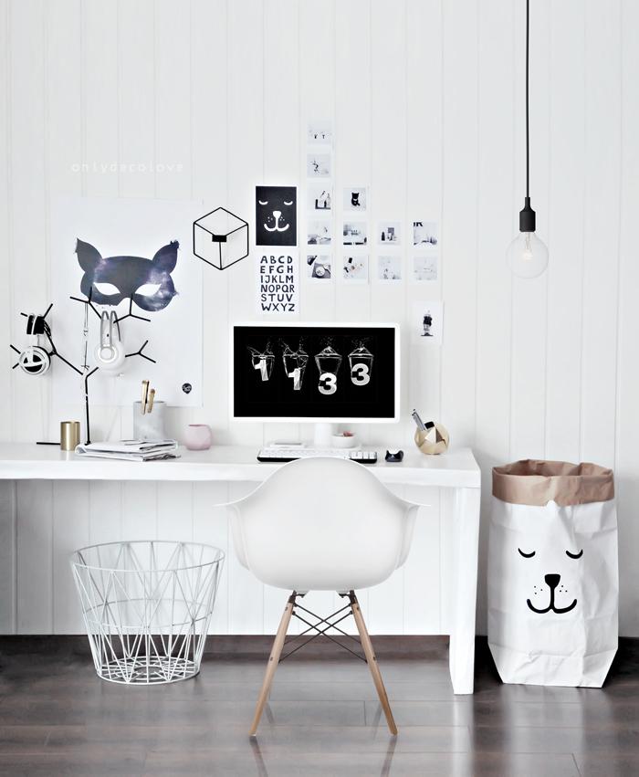 Arbeitszimmer in Weiß, Fotos an der Wand, Schreibtisch aus Holz, weißer Kunststoffstuhl