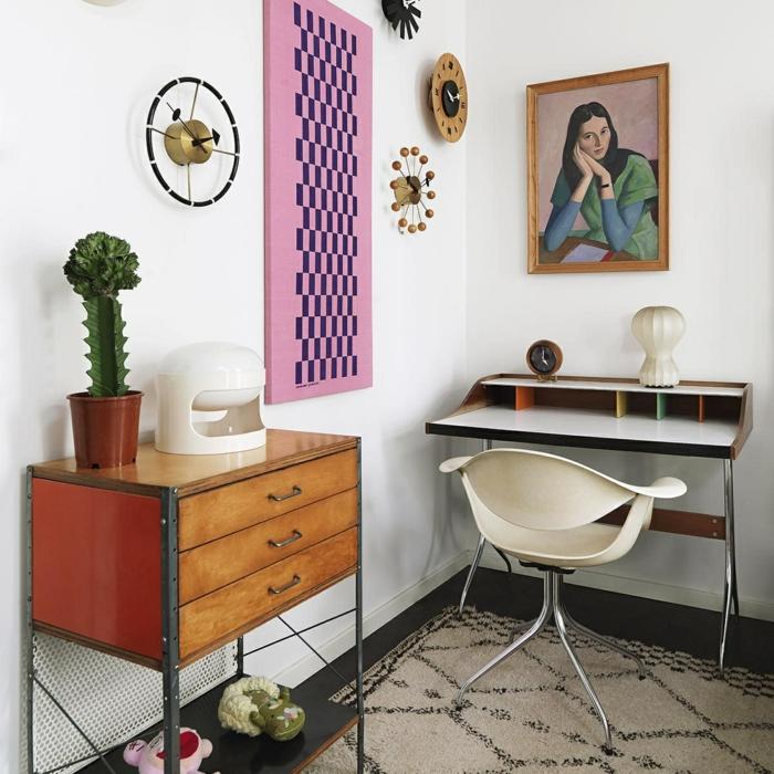Arbeitszimmer Einrichtungsideen, Vintage Möbel, Gemälde und Uhren an der Wand, großer Kaktus