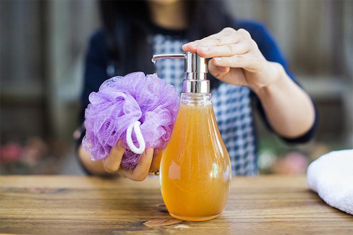 basische körperpflege, lila badeschwamm, selbstgemachtes duschgel mit honig