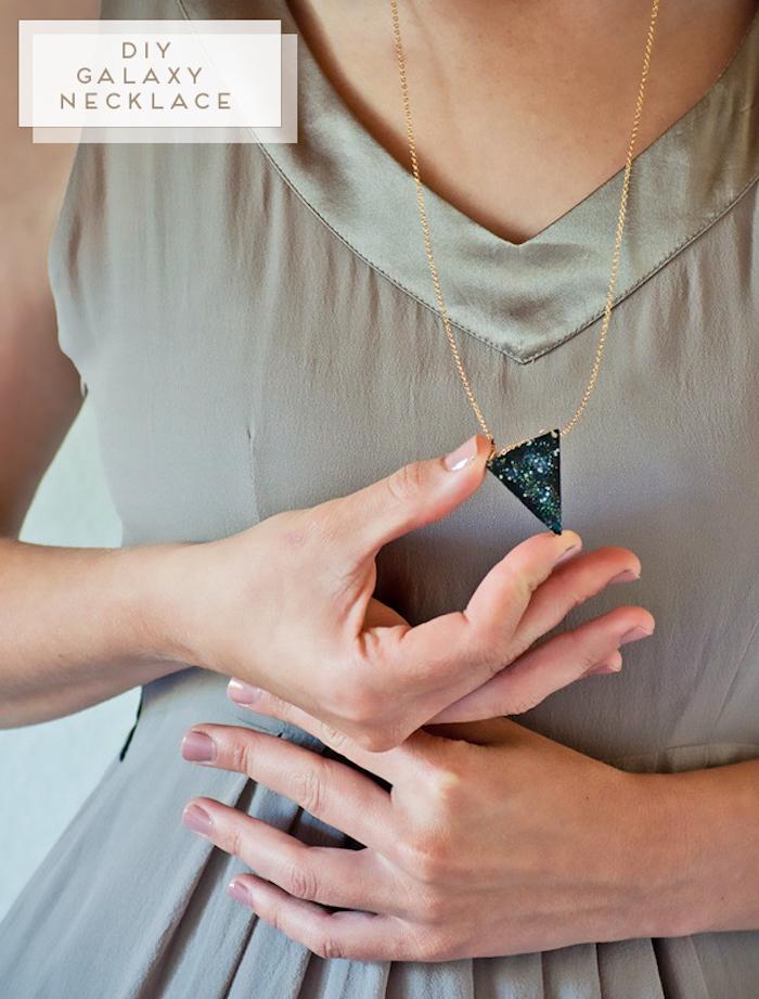weihnachtsgeschenke selber machen, dame mit grauem kleid, goldene halskette