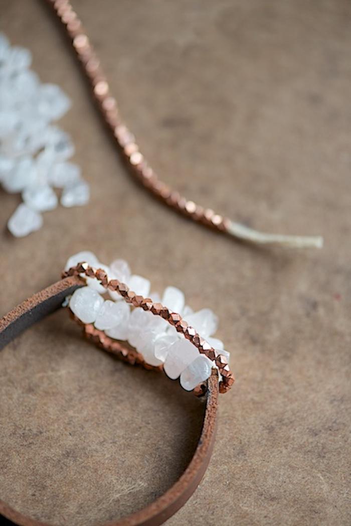 weihnachtsgeschenke selber machen, diy schmuck, armband aus leder mit weißen und goldenen dekorationen