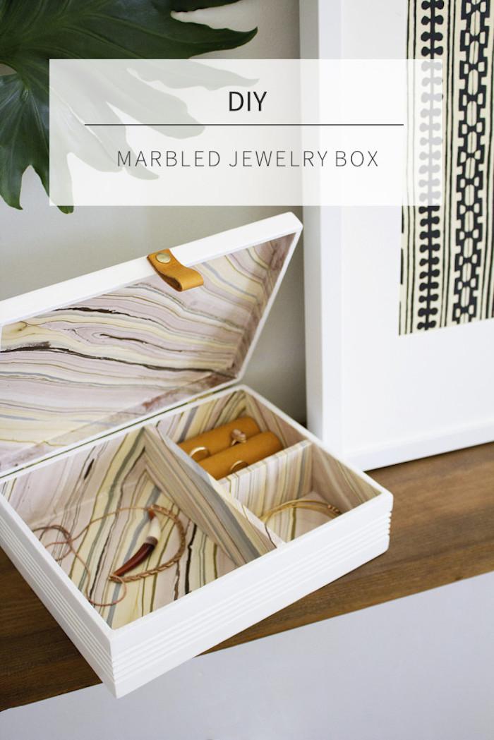 geschenke selber machen, große weiße schmuckbox dekoriert mit buntem stoff