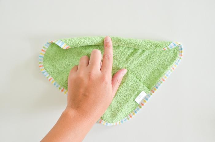 Cupcakes aus Babysöckchen und grünem Tuch selber machen, ausführliche Anleitung, Schritt Eins