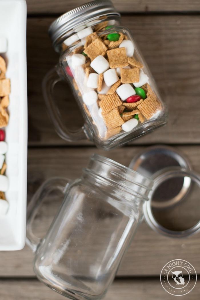 geschenke aus der küche, einmachglas gefüllt mit süßigkeiten, einfaches geschenk