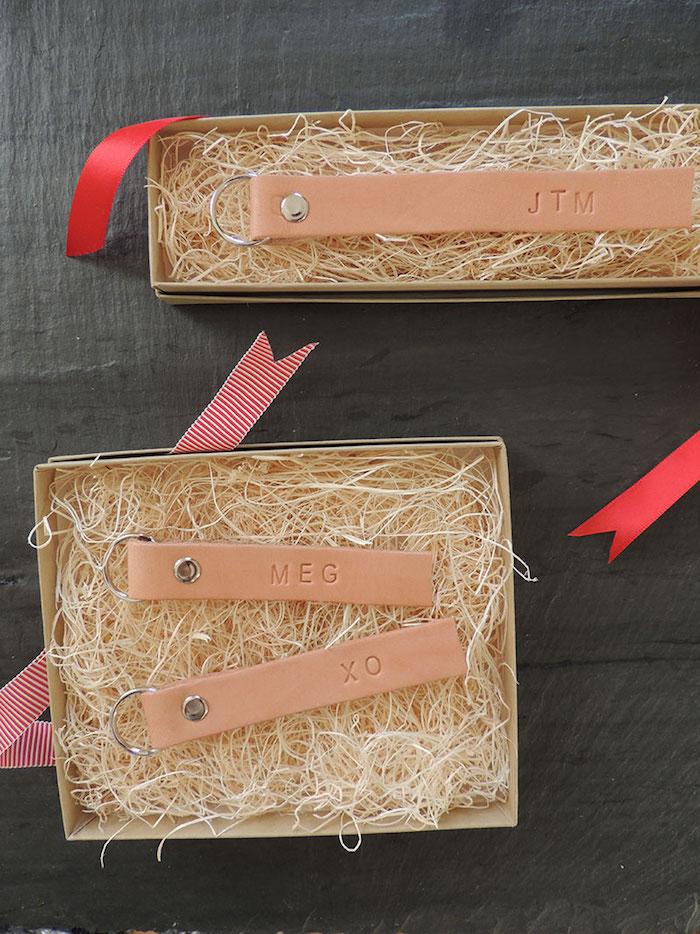 weihnachtsgeschenke selber machen, schlüsselanhänder aus echtleder dekoriert mit buchstaben
