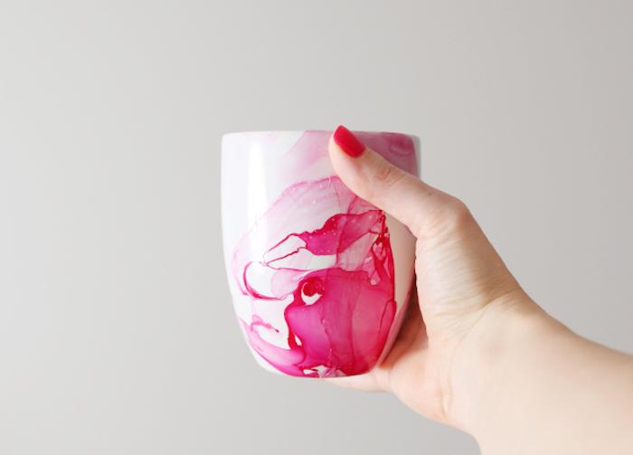 weihnachtsgeschenke selber machen, weiße tasse verziert mit rosa nagellack