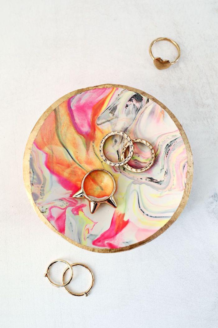 weihnachtsgeschenke selber machen, goldene ringe, schmuckteller mit marmor-muster