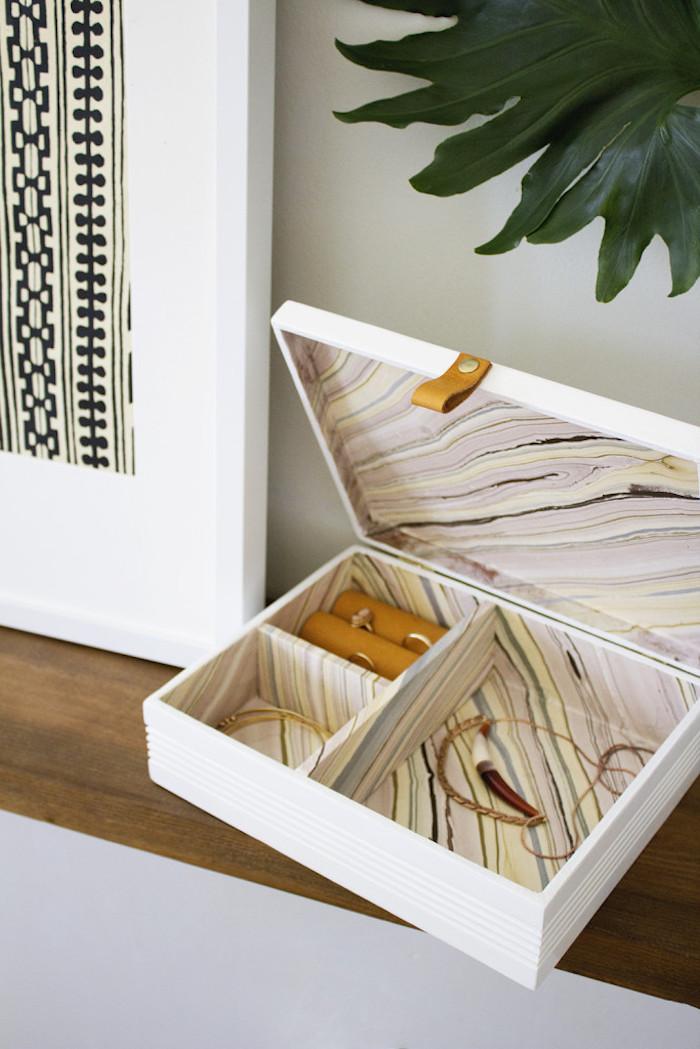 geschenke selber machen, schmuckstücke, weiße geschenkbox dekoriert mit stoff mit marmor-muster
