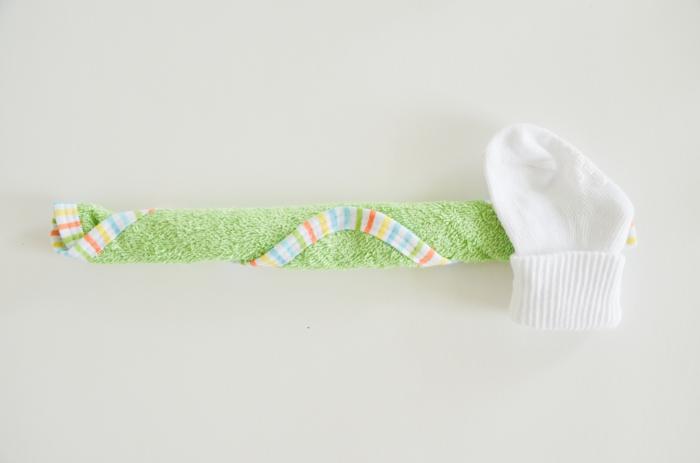 Cupcake aus grünem Tuch und weißen Babysöckchen, ausführliche Anleitung, Schritt Drei