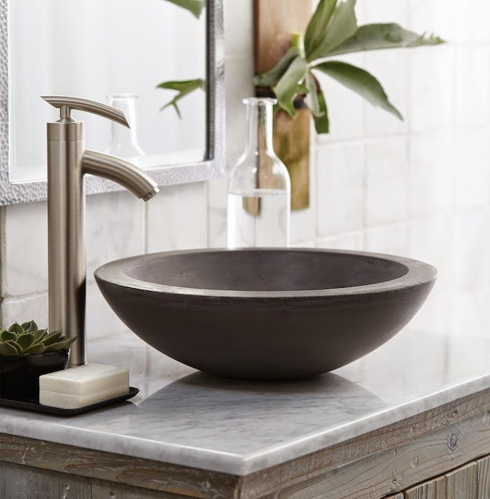 badezimmer deko, runder grauer waschbecken aus naturstein, badezimmermöbel