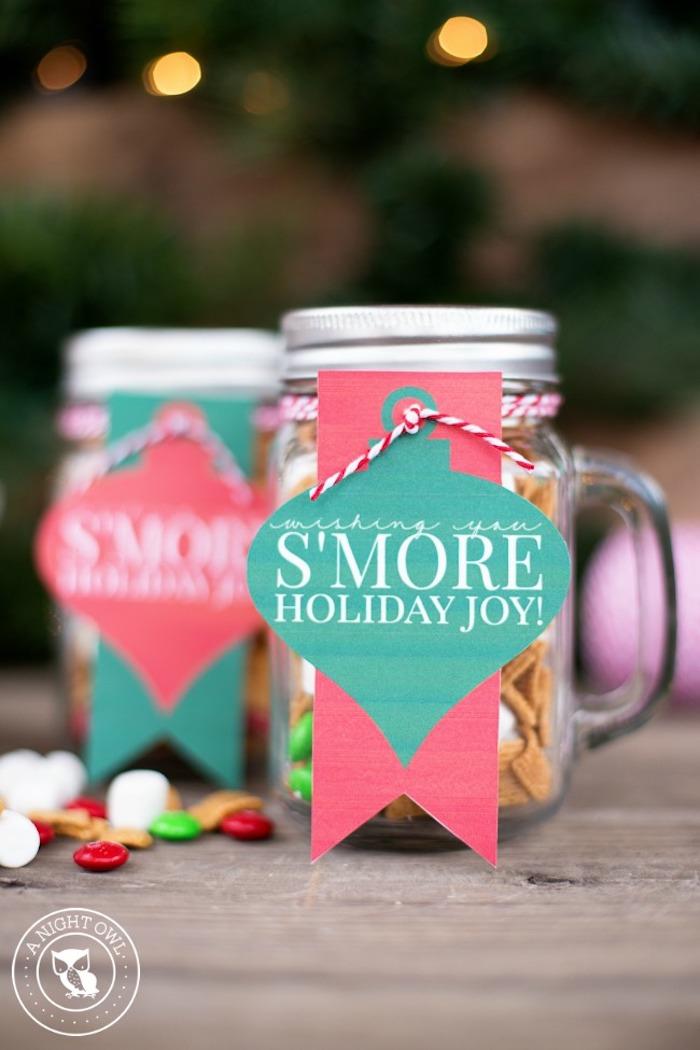 geschenke aus der küche, einmachgläser mit bonons und marshmallows dekoriert mit papier