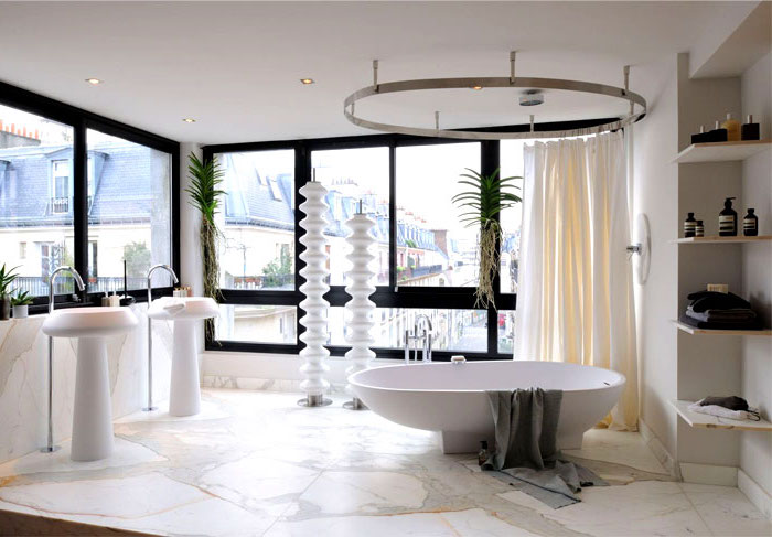 moderne badezimmer in weiß, bad mit großen fenstern, freistehende badewanne