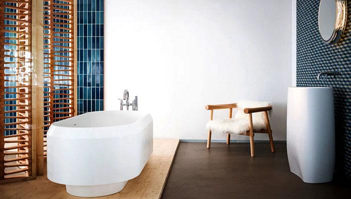 moderne bäder, blaue mosaikfliesen, ovale weiße badewanne, langhausstil