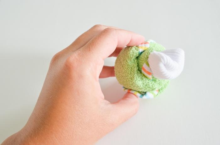 Tuch und Babysöckchen rollen und kleines Cupcake machen, ausführliche Anleitung, Schritt Fünf