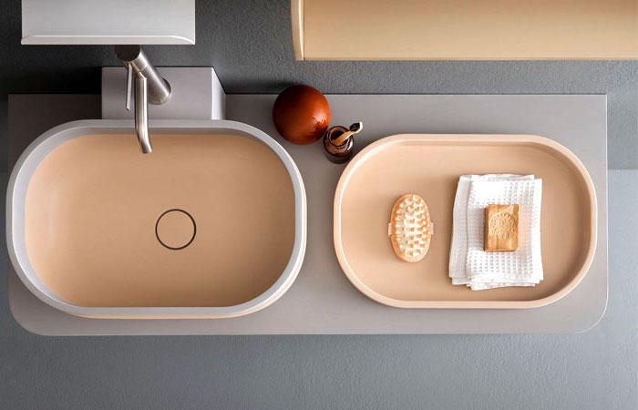 moderne badezimmer, badezimmermöbel aus holz, waschbecken in grau und beige