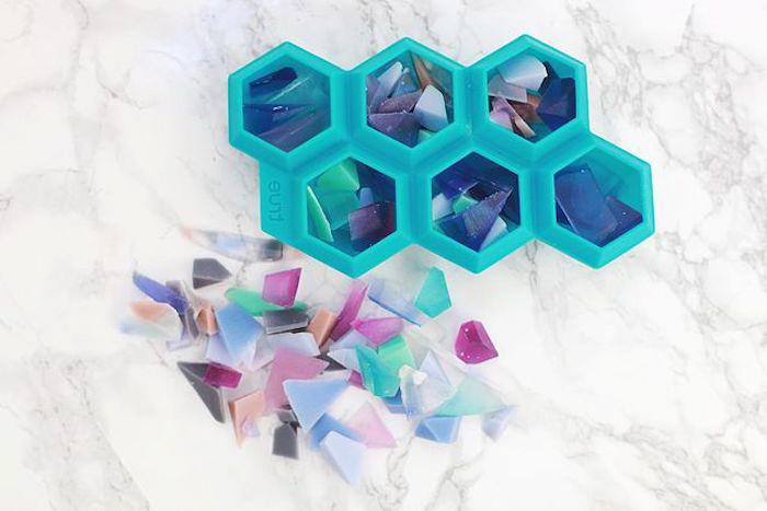 kreative geschenke, form mit bunten stücken seifen füllen