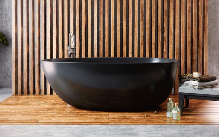 badezimmer deko, wanndeko aus holz, ovale freistehende badewanne