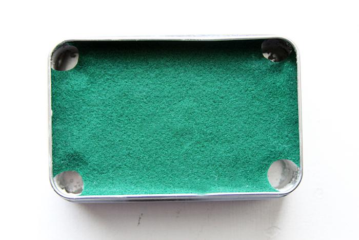 weihnachtsgeschenke basteln, kleiner billardtisch aus metallbox, ton und stoff