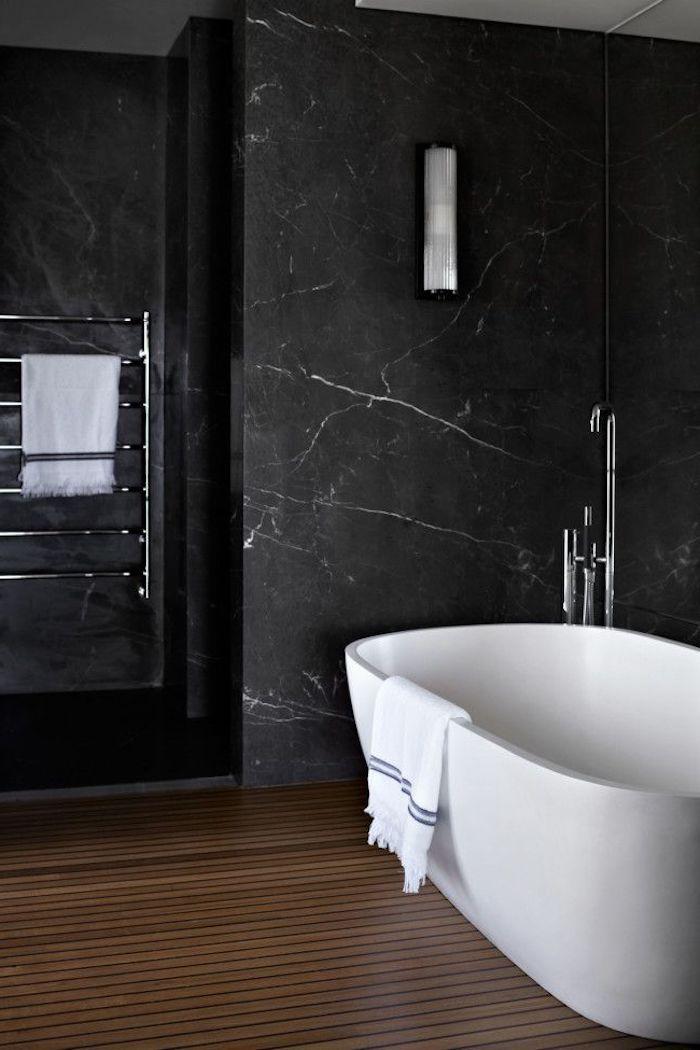 moderne bäder in schwarz, badezimmer mit parkett und marmorfliesen