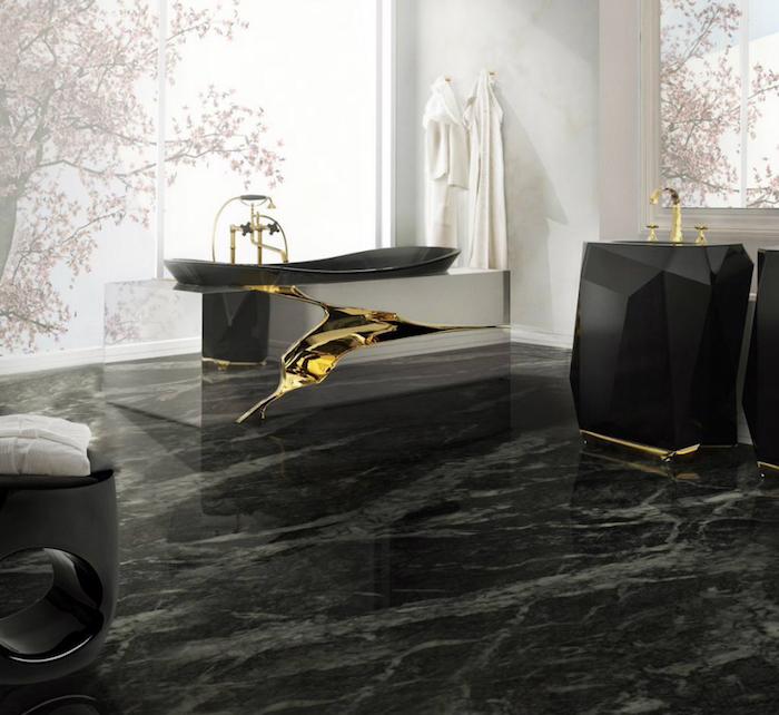 moderne bäder in schwarz und weiß, schwarze marmorfliesen, designer badewanne mit goldenen elementen