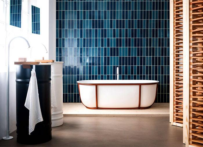 bad einrichten, blaue mosaikfliesen, baddesign in pastelfarben mit farblichen akzenten