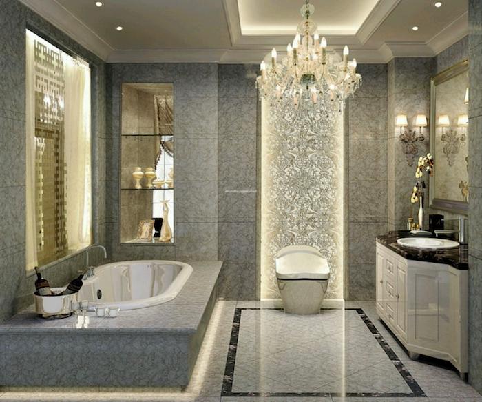 bäder ideen, luxuriöses bad in grau mit marmorfliesen und kronleuchter aus kristall
