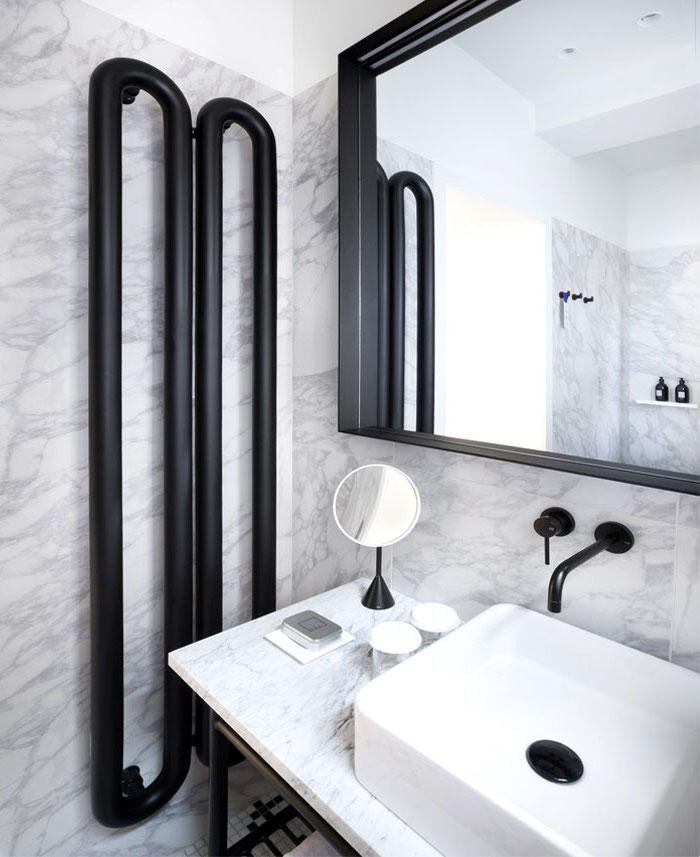 bäder ideen, modernes bad in weiß und schwarz, großer spiegel