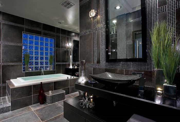 bäder ideen, schwarze marmorfliesen, eingebaute badewanne, waschbecken aus naturstein