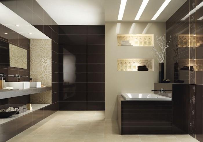 bäder ideen, dunkelbraune keramiklfiesen in kombination mit goldenen mosaikfliesen