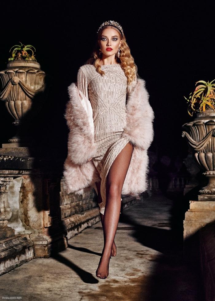 Lillian Van Der Veen Haarfrisur, wunderschöne Locken, silberne Tiara mit Kristallen, Kleid mit langen Ärmeln und tiefem Schlitz