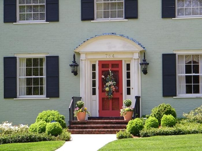 mintgrün fassade von einem haus außengestaltung in grüner farbe haus mit garten vasen grass tor tür fenster