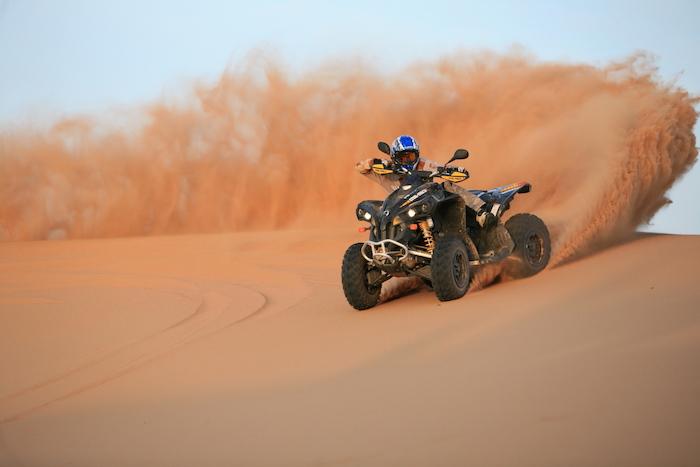 dubai ausflüge atv fahren auf dem sand schöne idee adrenalin sand wüste enthusiasmus