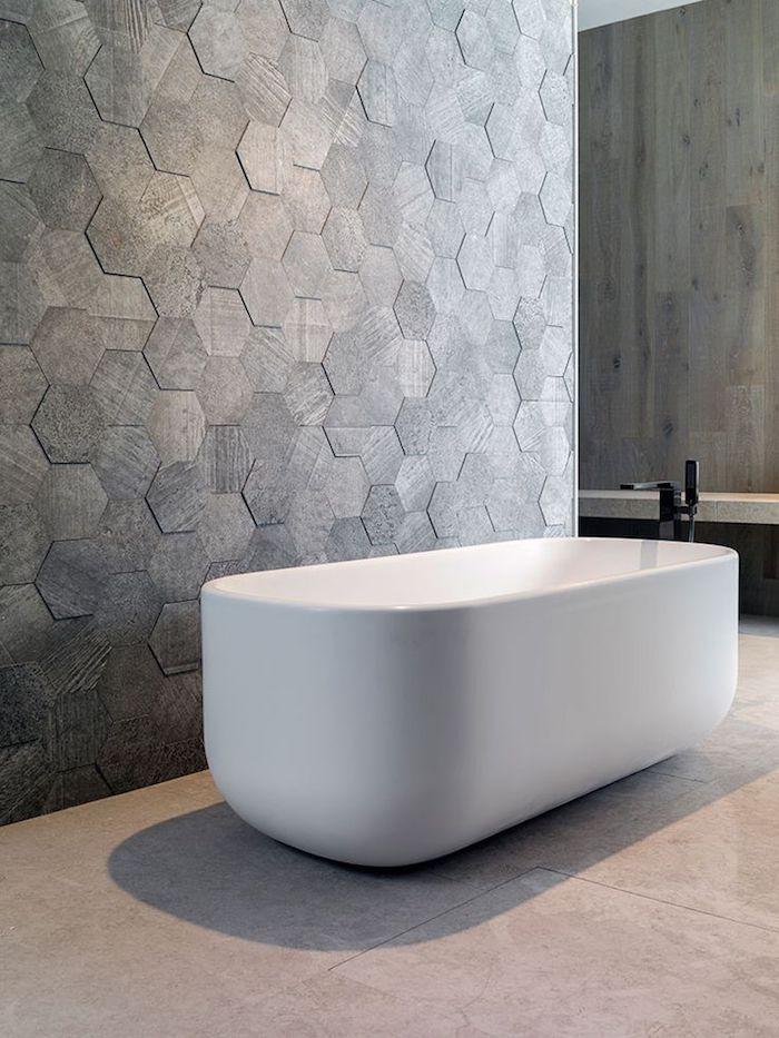 badezimmereinrichtung, graue sechseckige badfliesen, ovale freistehende wanne