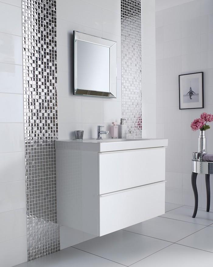 schöne bäder in weiß, in kombination mit silbernen mosaikfliesen