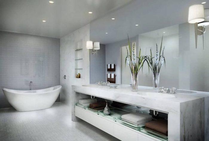 Bäderideen, Großes Badezimmer In Grau Mit Ovaler Freistehender Wanne Moderne  ...