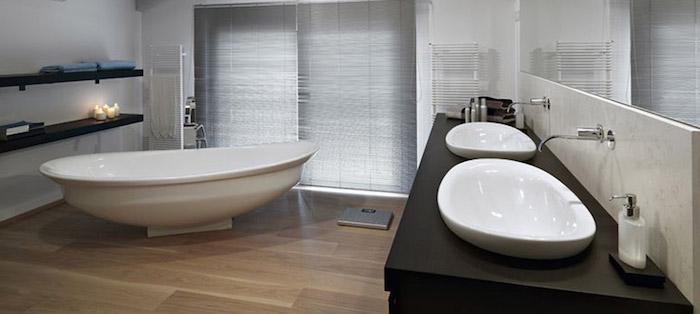 bäderideen, kleines bad in grau und braun, keramische badewanne