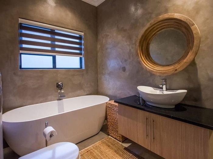 bäderideen, badezimmer im landhausstil, runder spiegel mit rahmen aus holz