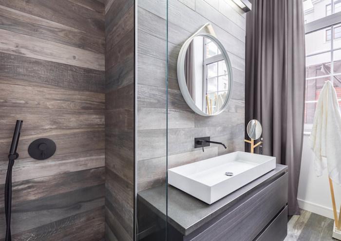 bäderideen, baddesign in grau und weiß, grauer vorhang, schwarze dusche