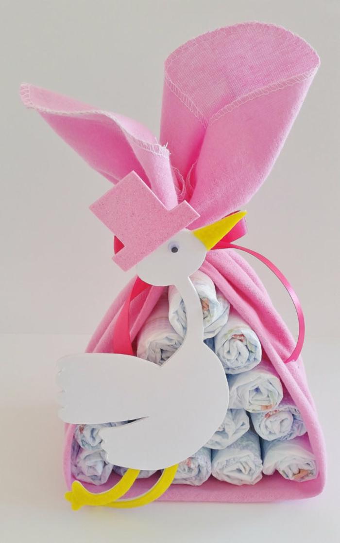 Süßes Babygeschenk für Mädchen, Pampers in rosa Tüte mit Storch, mit großem Band verziert