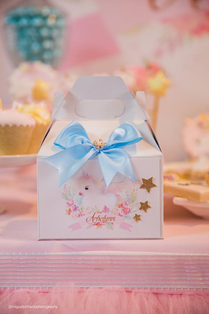 Babygeschenk wunderschön verpackt, weiße Verpackung mit Einhorn und goldenen Sternchen, mit blauem Band verziert