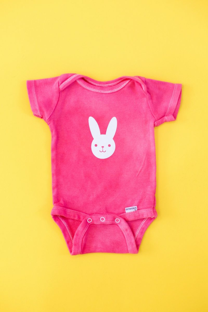 süße Geschenke zur Geburt, rosafarbener Babybody mit weißem Hasen, selbst bemalen und beschriften