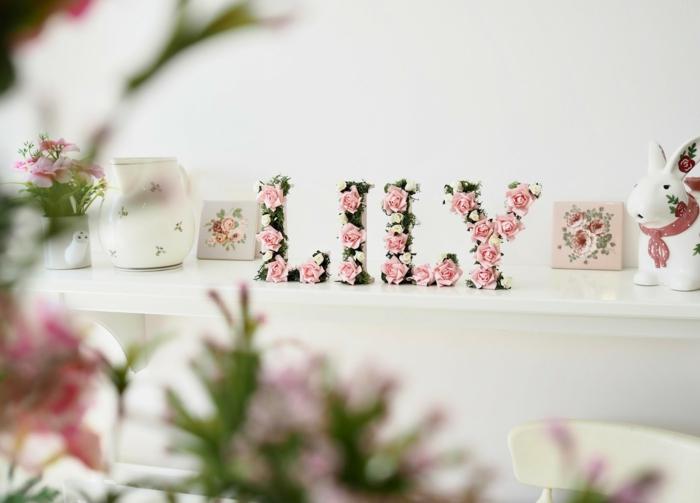 Buchstaben aus MDF mit Moos und künstlichen Blumen verziert, schönes Geschenk zur Geburt und Dekoration zugleich