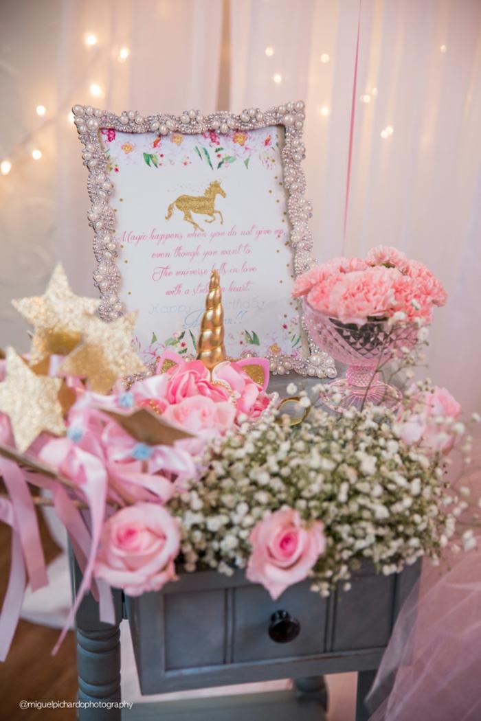Dekoration für Babyparty, Bilderrahmen verziert mit Perlen, rosafarbene Nelken und Rosen, goldene Sternchen