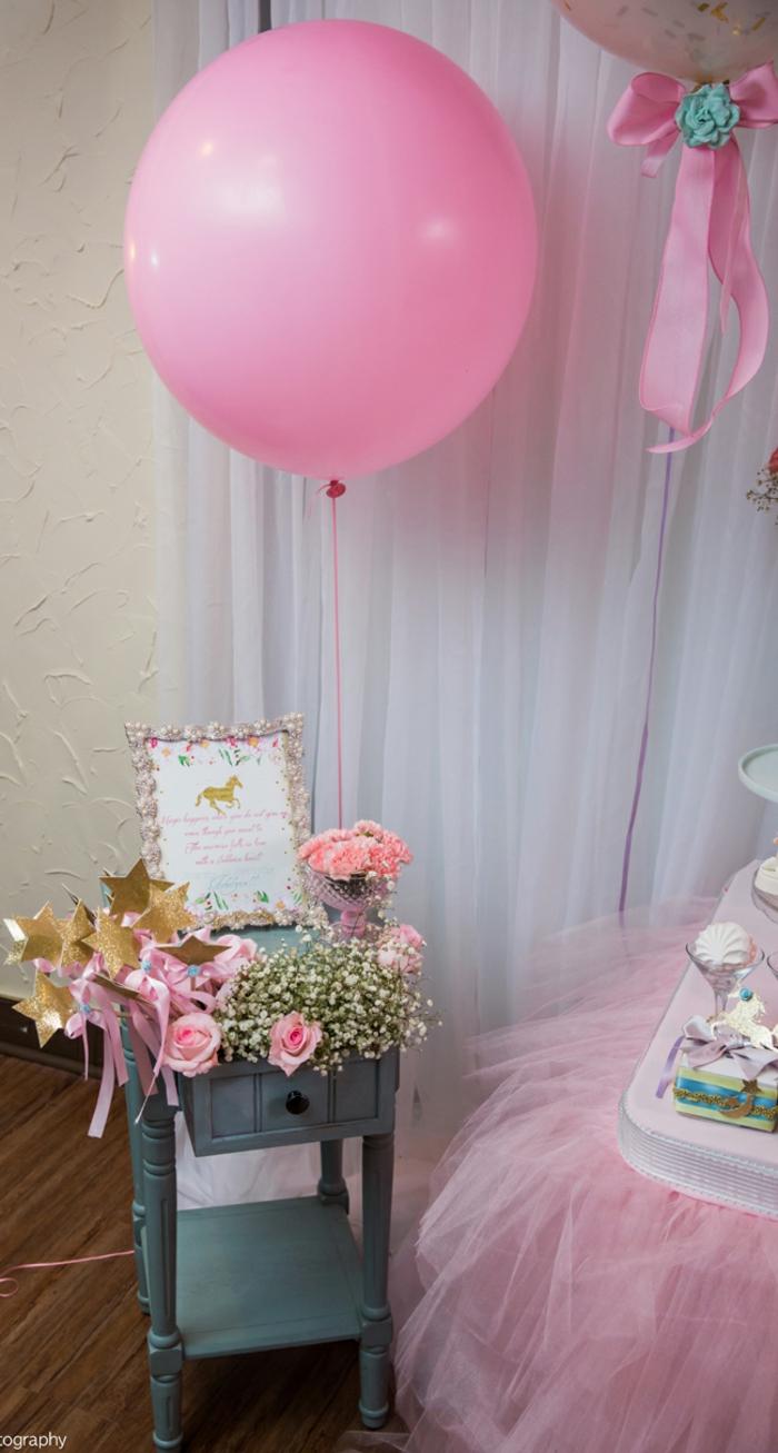 Dekorationsideen für Babyparty in Rosa, große Luftballons, rosafarbene Rosen und Nelken, goldene Sternchen und schön verzierter Rahmen