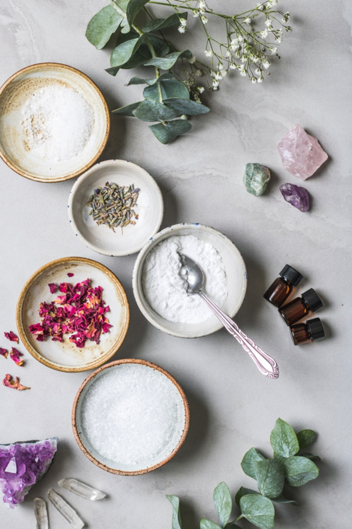 Badesalz mit Blüten, Kräutern und ätherischen Ölen selber machen, Rezepte für Hausmittel gegen Stress