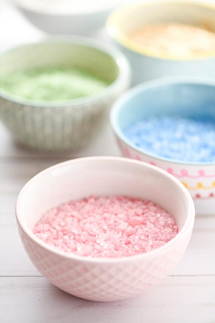 Hausgemachtes Badesalz in Porzellan Schüsseln, vier verschiedene Farben, Spa zuhause, sich erholen und relaxen